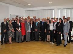 Gruppenfoto des Aufstiegslehrgangs 2012/2013 mit Mitgliedern der Prüfungskommissionen