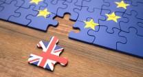 Puzzle mit einem Puzzleteil mit britischer Flagge, der Rest mit der EU-Flagge