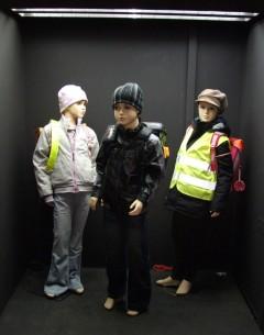 Drei unterschiedlich gekleidete Kinderpuppen