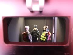 Im Pkw-Anhänger: Blick in einen Rückspiegel auf drei Kinderpuppen