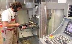 Maschinenbediener an einer Maschine