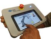 Foto: Maschinensteuerung: Sicherer Rahmen für Tablets und Smartphones (© DGUV)