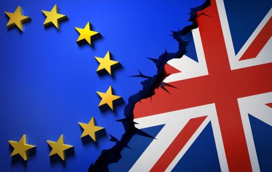 Eine europäische und eine britische Flagge mit einem tiefen Riss dazwischen