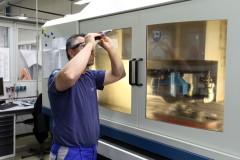 Mitarbeiter mit Handrefraktometer