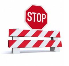 Straßensperre mit Stop-Zeichen