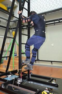 Mit CUELA-Messsystem ausgerüsteter Proband auf einer Leiter