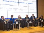 © Jens Jeske/DGUV; Foto v. l. n. r.: Herr Dr. Breuer, Frau Dr. h. c. Füllkrug-Weitzel, Frau Hoven, Frau Pinzler (Moderatorin), Herr Lorenz, Frau Goracci