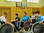 Kinder in Rollstühlen spielen Basketball