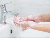 Händewaschen im Waschbecken