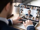 Foto eines Computers mit einer Online-Video-Konferenz