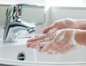 Hande die gewaschen werden
