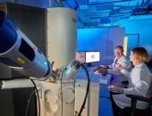 Bild von Besuchenden an einem wissenschaftlichen Gerät