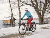Foto einer Radfahrerin im Winter
