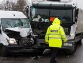 Unfall zwischen Transporter und LKW