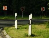 Bild einer Straße mit Verkehrszeichen