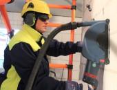 Arbeiten mit Geschörschutz und Maschinen