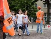 Foto: Schulweg mit Schülerlotsen (Bellwinkel / DGUV)