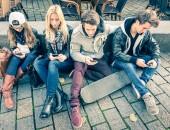 Foto: Jugendliche beschäftigen sich mit ihren Smartphones (ViewApart/Thinkstock)