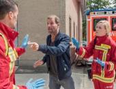 ein Mann pöbelt Rettungskräfte an