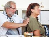 Foto: Arzt untersucht Rücken (© Robert Kneschke - Fotolia.com)