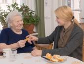 Foto: Pflege durch Angehörige (© Bellwinkel / DGUV)