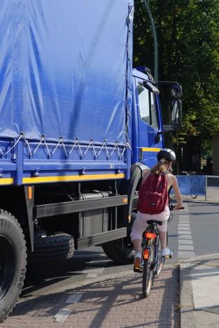 Lebensgefahr im Straßenverkehr: Der tote Winkel beim Rechtsabbiegen. (© Jan Röhl / UK Berlin)