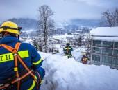 Foto: Gesichertes Schneeräumen auf einem Dach (© THW / Nicole Endres)