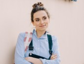 Bild: Junge Frau vor Berufsschule