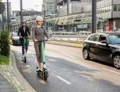 Foto: e-Scooter-Fahrerin im Straßenverkehr