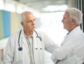 zwei Mediziner in einer Unterhaltung