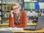 Foto: Lehrerin mit Telefon und Laptop