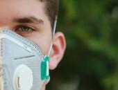 Mann mit Atemschutzmaske