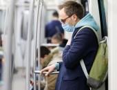Foto: Mann mit Mund-Nase-Bedeckung in der S-Bahn
