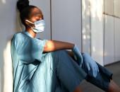 Foto: eine erschöpfte Pflegerin im Krankenhaus