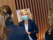 Bild: Die Drogenbeauftragte der Bundesregierung, Daniela Ludwig (Mitte), mit Preisträgerinnen.
