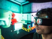 Foto: IFA-Mitarbeiter im Labor mit VR-Brille