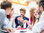 Foto: Junge Leute im Gespräch an einem Stehtisch