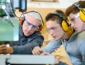 Bild: Auszubildende und Lehrer mit Persönlicher Schutzausrüstung