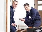 Zwei Handwerker bei der Arbeit