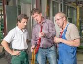 Maschine in einer Werkstatt wird erklärt, Bellwinkel/DGUV