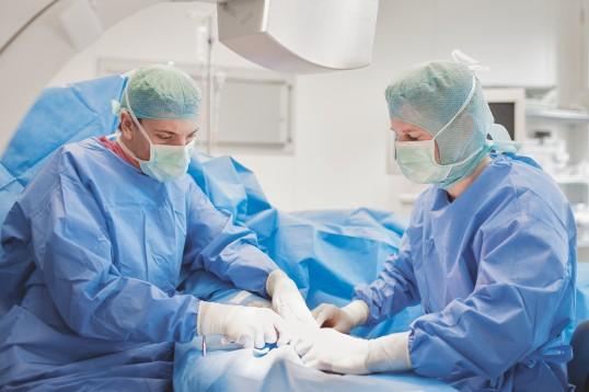 Klinikpersonal während einer Operation