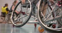 Zwei Räder eines Rollstuhls