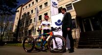 Hans-Peter Durst erhält sein Dreirad für Rio 2016