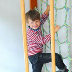 kleiner Junge an Strichleiter