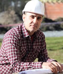 Mann mit Helm